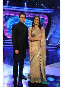 latest-sonam-kapoor-gold-coin-net-saree-at-indian-idol-2584-525x722