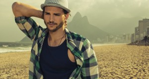 Ashton-Kutcher-Beach-Boy-Hat-Wallpaper