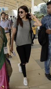 anushka-sharma-spotted-at-domestic-airport-in-mumbai-stills04