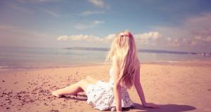 blonde_girl_on_the_beach-wallpaper-1280×800
