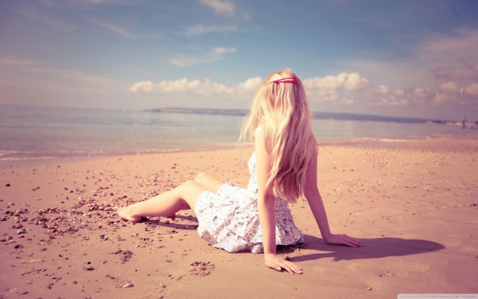 blonde_girl_on_the_beach-wallpaper-1280×800