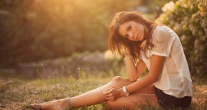 brunettes_women_grass_sitting_watches_Wallpaper HD_2560x1440_www.paperhi.com