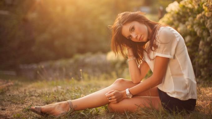 brunettes_women_grass_sitting_watches_Wallpaper HD_2560x1440_www.paperhi.com