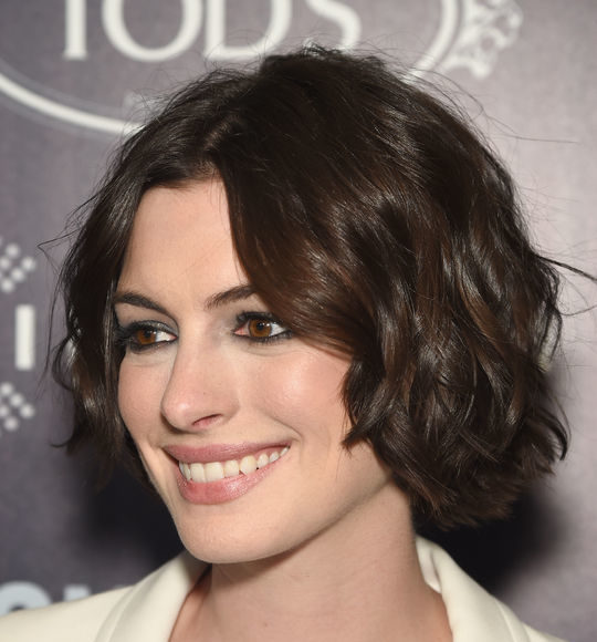Anne-Hathaway-Song-One-Short-Hairstyles-Parted-in-the-Middle.