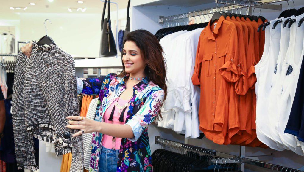 H&M Store 4000- DLF Mall of India- Parineeti Chopra shopping in the store