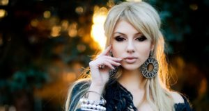 blonde-girl-earrings-necklace-classic-fashionista-photo-sunset-hd-wallpaper