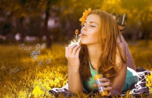 Beautiful-Girl-In-The-Field-Enjoying-Summer-2560×1440