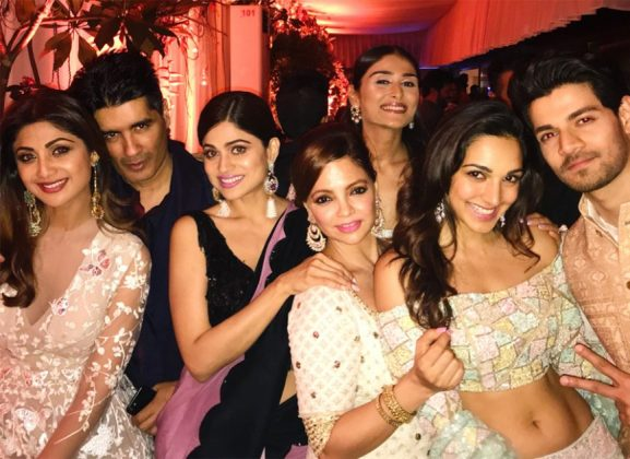 Shilpa-Shetty-Kundra-Manish-Malhotra-Shamita-Shetty-Kiara-Advani-and-Sooraj-Pancholi-at-Arpita-Khan-Sharmas-Diwali-party-in-Mumbai-866×630