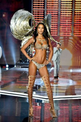 1511257119-gettyimages-876613984-master-15111843211511257119-gettyimages-876613984-master-1511184321Victoria Secret Fashion Show 2017 _ stylegods