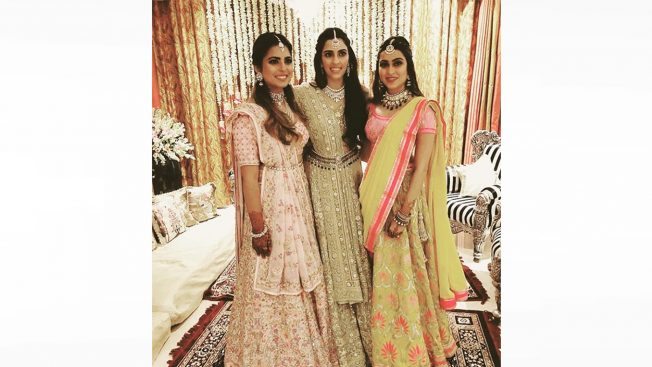 Shloka-MehtaAkash Ambani Pre-Engagement Sangeet _ Style Gods-wears-a-gold-lehenga-to-her-pre-engagement-sangeet-652×367