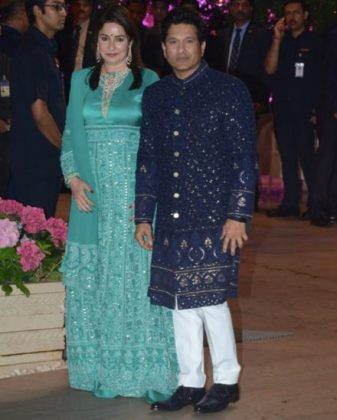 Anjali-TendulkaAkash Ambani Engagement Party _ Style Godsr-and-Sachin-Tendulkar-at-Akash-Ambani-and-Shloka-Mehta-engagement-in-Mumbai-440×548