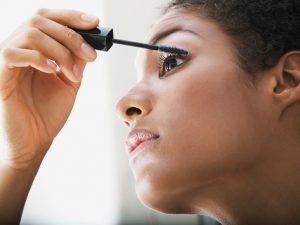 woman-putting-on-mascara